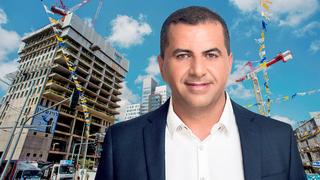 רני צים על רקע מגדלי המשרדים  LYFE, צילום:  מאיר אדרי, יובל חן